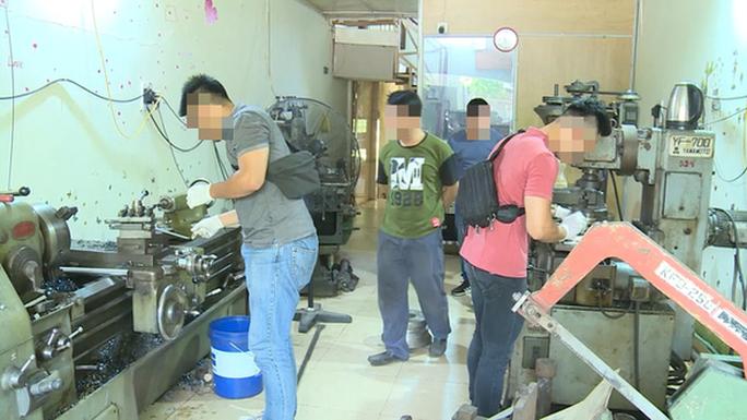 Triệt phá xưởng chế tạo súng quy mô khủng tại đất cảng - Ảnh 1.
