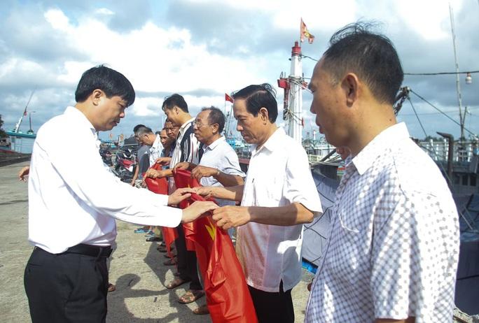 Báo Người Lao Động trao tặng 2.000 lá cờ Tổ quốc cho ngư dân Thanh Hóa - Ảnh 21.