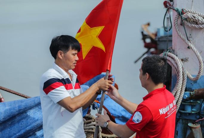 Báo Người Lao Động trao tặng 2.000 lá cờ Tổ quốc cho ngư dân Thanh Hóa - Ảnh 18.