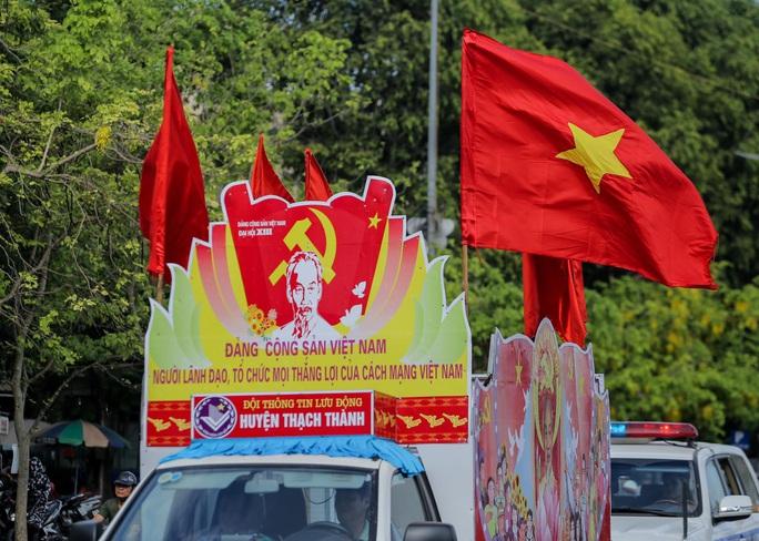 Báo Người Lao Động trao tặng 2.000 lá cờ Tổ quốc cho ngư dân Thanh Hóa - Ảnh 13.