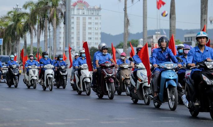 Báo Người Lao Động trao tặng 2.000 lá cờ Tổ quốc cho ngư dân Thanh Hóa - Ảnh 14.