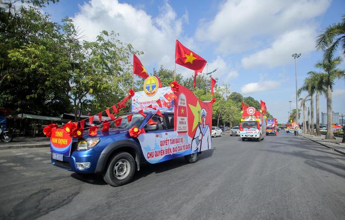 Báo Người Lao Động trao tặng 2.000 lá cờ Tổ quốc cho ngư dân Thanh Hóa - Ảnh 15.