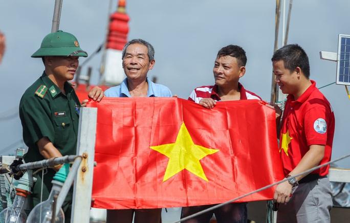 Báo Người Lao Động trao tặng 2.000 lá cờ Tổ quốc cho ngư dân Thanh Hóa - Ảnh 19.