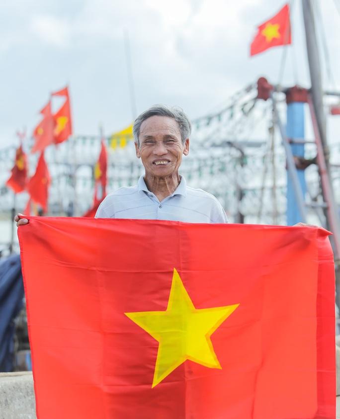 Báo Người Lao Động trao tặng 2.000 lá cờ Tổ quốc cho ngư dân Thanh Hóa - Ảnh 20.