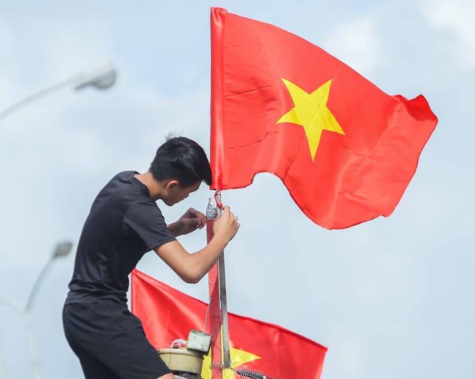 Báo Người Lao Động trao tặng 2.000 lá cờ Tổ quốc cho ngư dân Thanh Hóa - Ảnh 23.