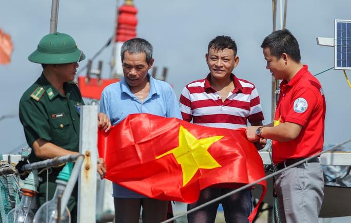 Báo Người Lao Động trao tặng 2.000 lá cờ Tổ quốc cho ngư dân Thanh Hóa - Ảnh 22.