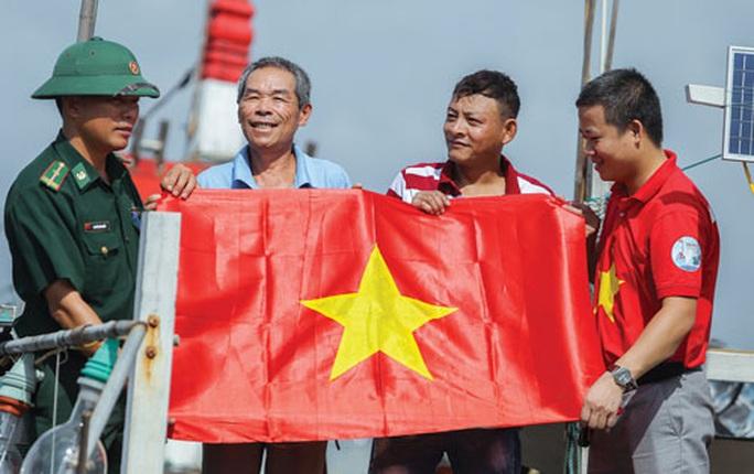 Một triệu lá cờ Tổ quốc cùng ngư dân bám biển: Tiếp sức ngư dân vươn khơi, bám biển - Ảnh 1.