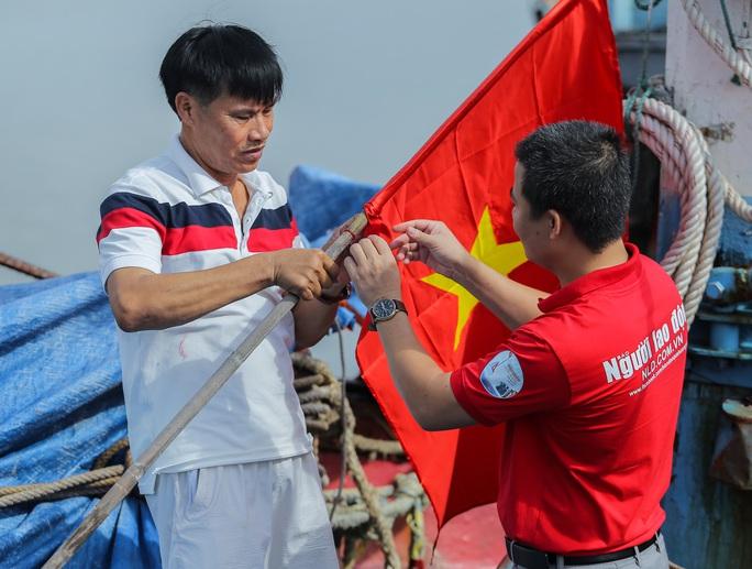 Ngư dân Thanh Hóa xúc động nhận cờ Tổ quốc - Ảnh 16.