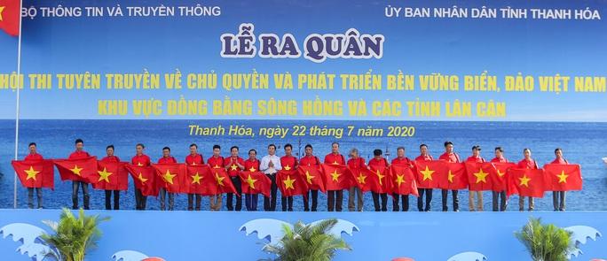 Ngư dân Thanh Hóa xúc động nhận cờ Tổ quốc - Ảnh 1.