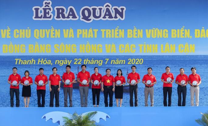 Ngư dân Thanh Hóa xúc động nhận cờ Tổ quốc - Ảnh 6.