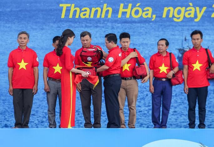Ngư dân Thanh Hóa xúc động nhận cờ Tổ quốc - Ảnh 5.