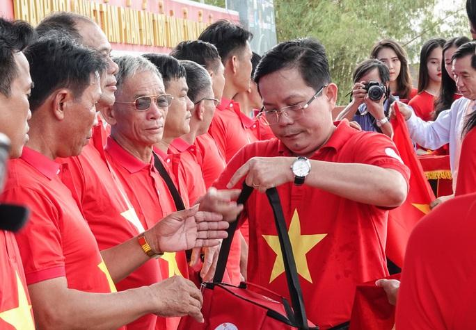 Ngư dân Thanh Hóa xúc động nhận cờ Tổ quốc - Ảnh 4.