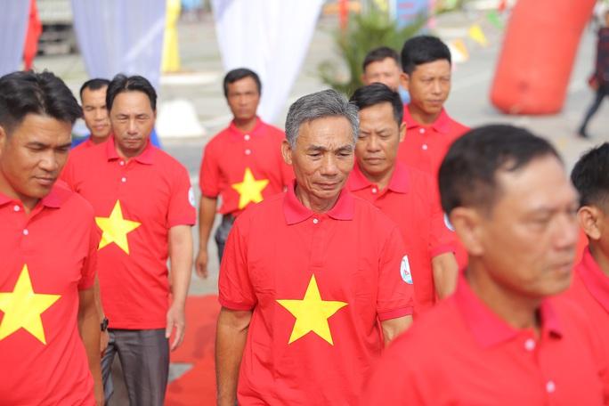 Ngư dân Thanh Hóa xúc động nhận cờ Tổ quốc - Ảnh 8.