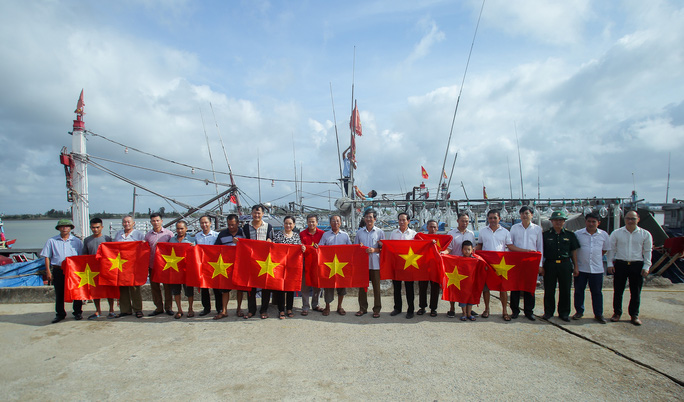 Ngư dân Thanh Hóa xúc động nhận cờ Tổ quốc - Ảnh 9.