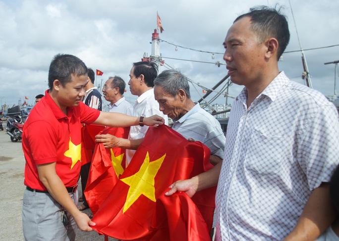 Ngư dân Thanh Hóa xúc động nhận cờ Tổ quốc - Ảnh 12.