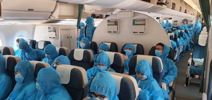 Sân bay Đà Nẵng đón hơn 270 người Việt từ châu Âu về nước - Ảnh 1.
