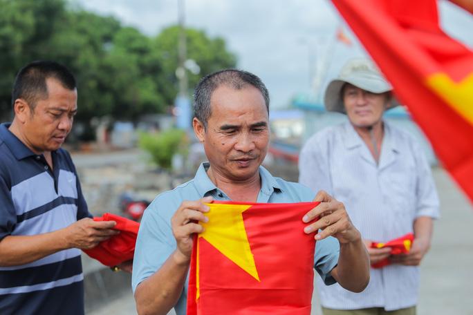 Ngư dân Thanh Hóa xúc động nhận cờ Tổ quốc - Ảnh 13.
