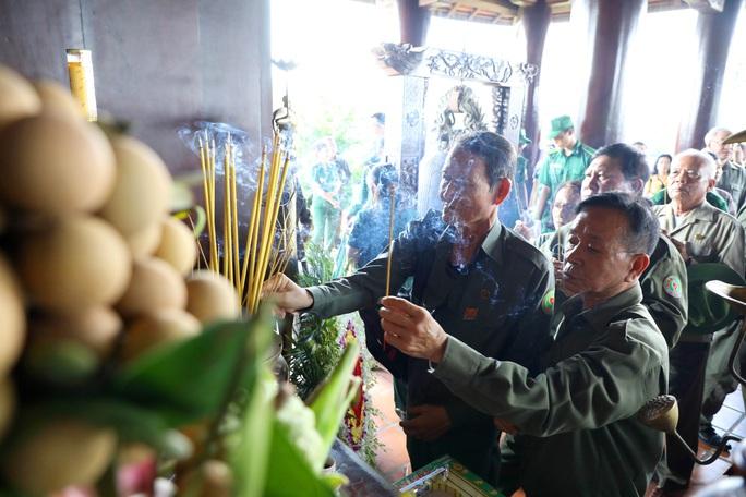 Dâng hương tưởng niệm liệt sĩ TNXP - Ảnh 2.