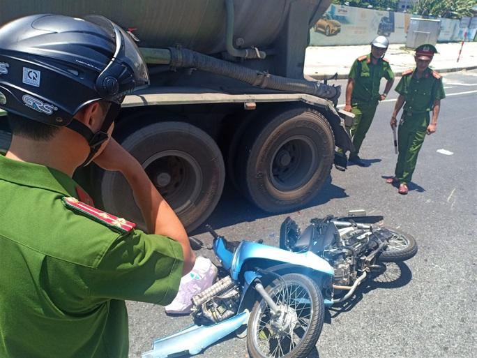 Dừng đèn đỏ, một phụ nữ bị xe đầu kéo tông đứt lìa tay chân - Ảnh 2.