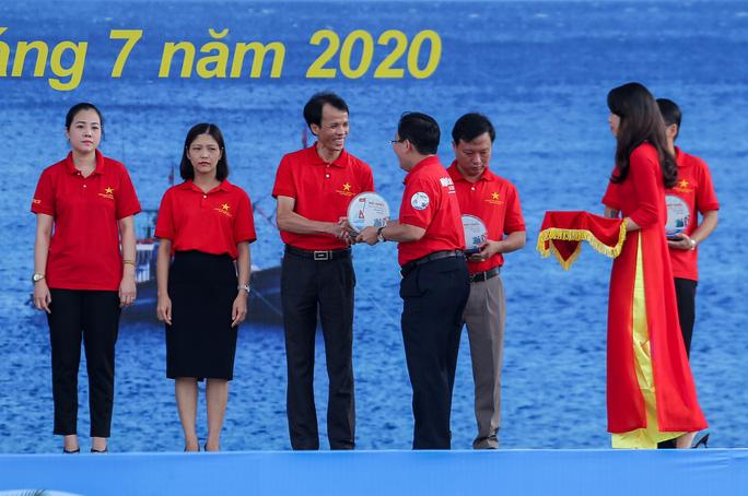 Báo Người Lao Động trao tặng 2.000 lá cờ Tổ quốc cho ngư dân Thanh Hóa - Ảnh 7.