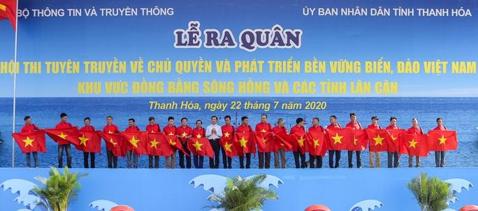 Báo Người Lao Động trao tặng 2.000 lá cờ Tổ quốc cho ngư dân Thanh Hóa - Ảnh 1.