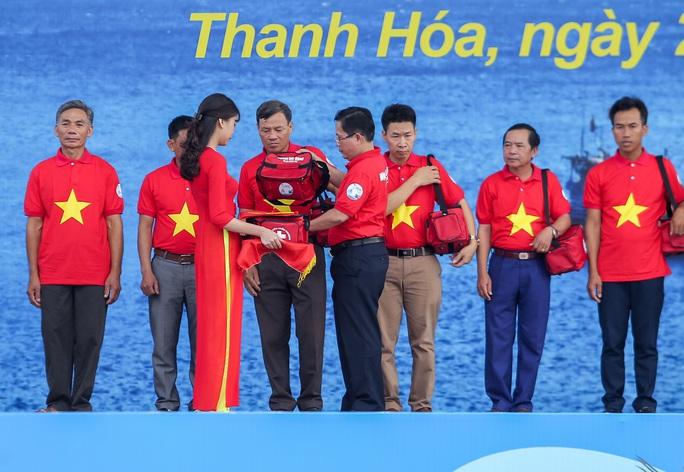 Báo Người Lao Động trao tặng 2.000 lá cờ Tổ quốc cho ngư dân Thanh Hóa - Ảnh 11.