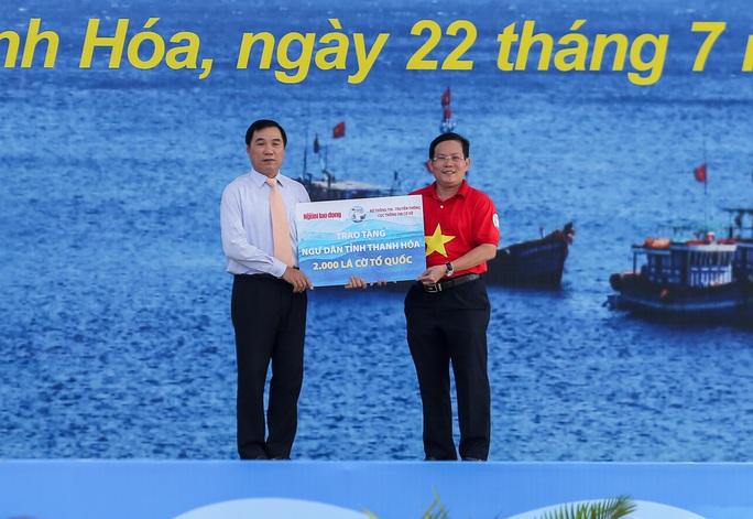 Báo Người Lao Động trao tặng 2.000 lá cờ Tổ quốc cho ngư dân Thanh Hóa - Ảnh 6.