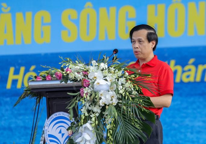 Báo Người Lao Động trao tặng 2.000 lá cờ Tổ quốc cho ngư dân Thanh Hóa - Ảnh 4.