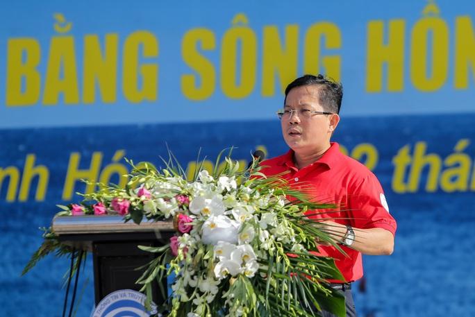 Báo Người Lao Động trao tặng 2.000 lá cờ Tổ quốc cho ngư dân Thanh Hóa - Ảnh 5.