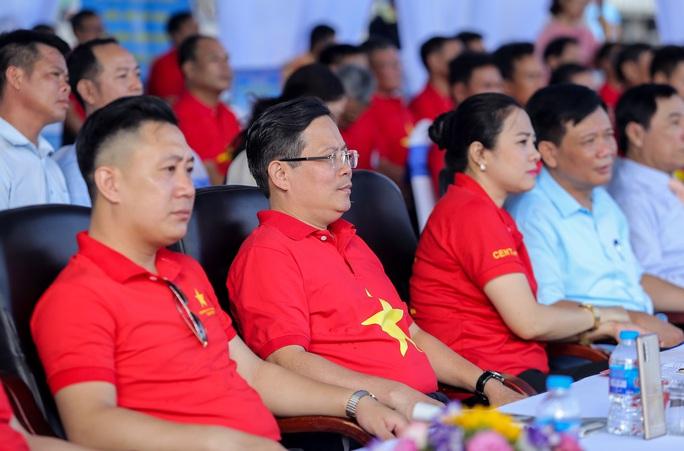 Báo Người Lao Động trao tặng 2.000 lá cờ Tổ quốc cho ngư dân Thanh Hóa - Ảnh 3.