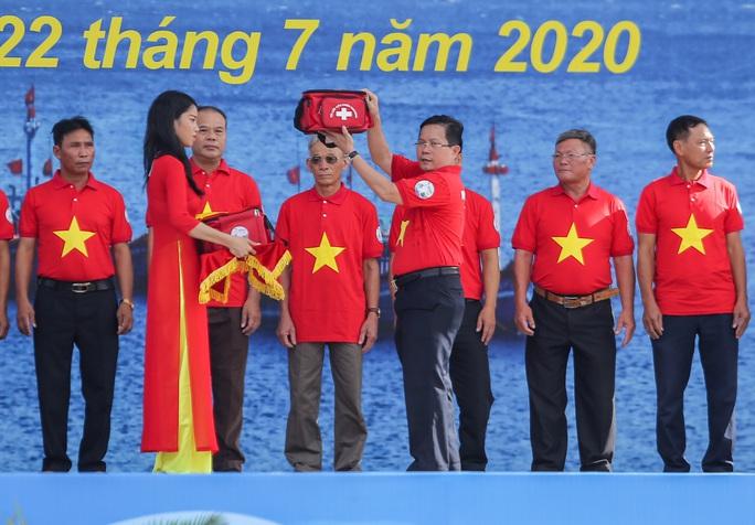 Báo Người Lao Động trao tặng 2.000 lá cờ Tổ quốc cho ngư dân Thanh Hóa - Ảnh 10.