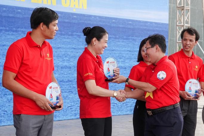 Báo Người Lao Động trao tặng 2.000 lá cờ Tổ quốc cho ngư dân Thanh Hóa - Ảnh 9.