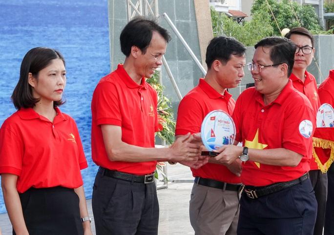 Báo Người Lao Động trao tặng 2.000 lá cờ Tổ quốc cho ngư dân Thanh Hóa - Ảnh 8.
