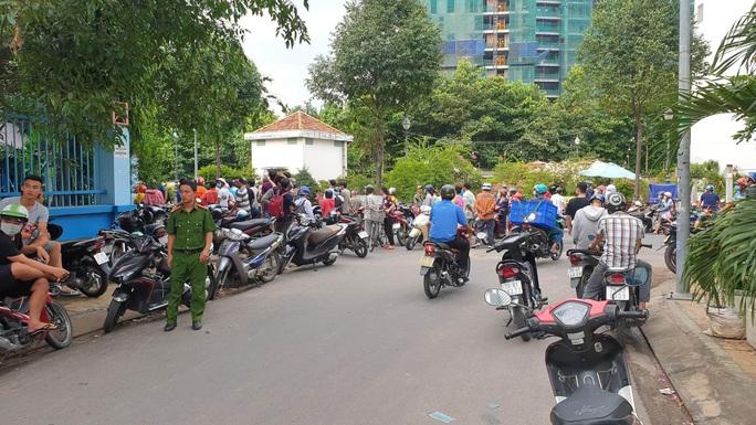 Nam thanh niên gục chết cạnh xe máy, dao Thái Lan găm trên ngực - Ảnh 1.