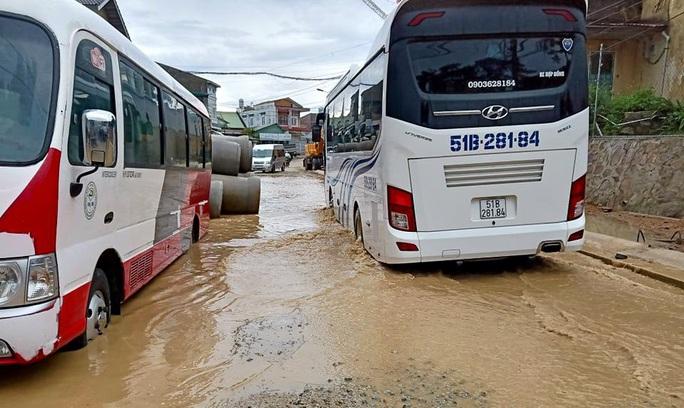 Đà Lạt mưa lớn thông cổ thụ bật gốc, sập taluy khách sạn du khách di dời khẩn cấp - Ảnh 7.