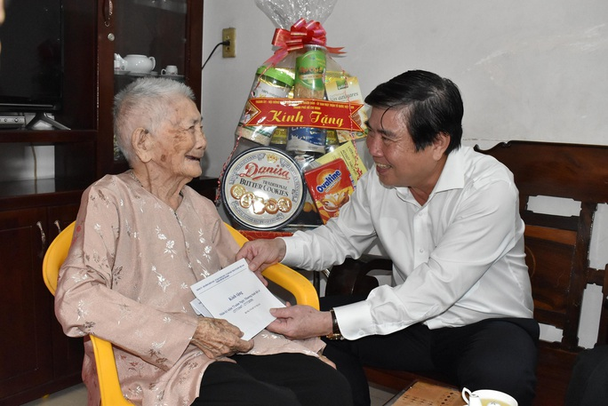 Chủ tịch UBND TP HCM Nguyễn Thành Phong thăm gia đình chính sách - Ảnh 1.