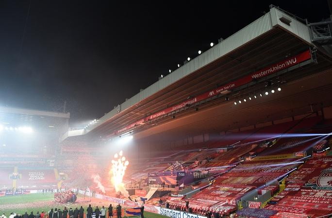 Vùi dập Chelsea, Liverpool tưng bừng nâng cúp vô địch ở Anfield - Ảnh 6.