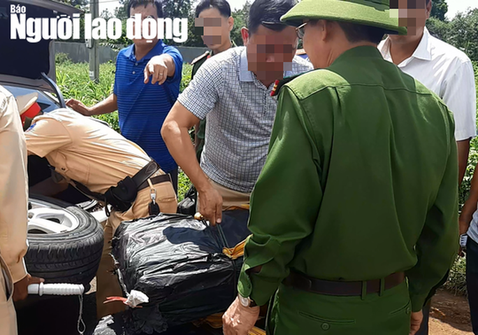 CSGT nổ súng truy bắt 2 đối tượng vận chuyển 200 kg ma túy đá xuống TP HCM - Ảnh 1.