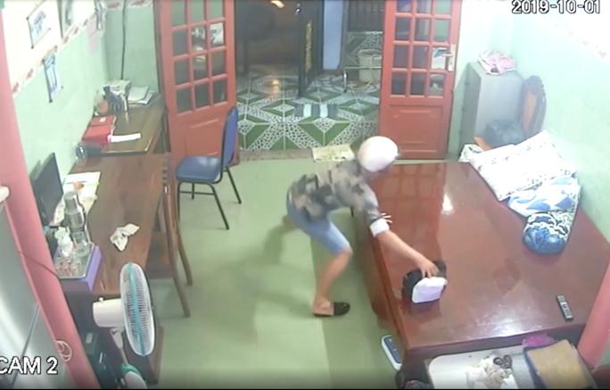 Truy tìm kẻ vào nhà trộm giỏ tiền 800 triệu đồng trong 5 giây - Ảnh 2.