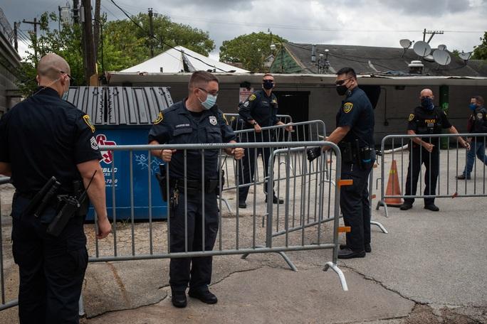 Nhóm người đeo khẩu trang phá khóa tổng lãnh sự quán Trung Quốc ở Houston - Ảnh 5.