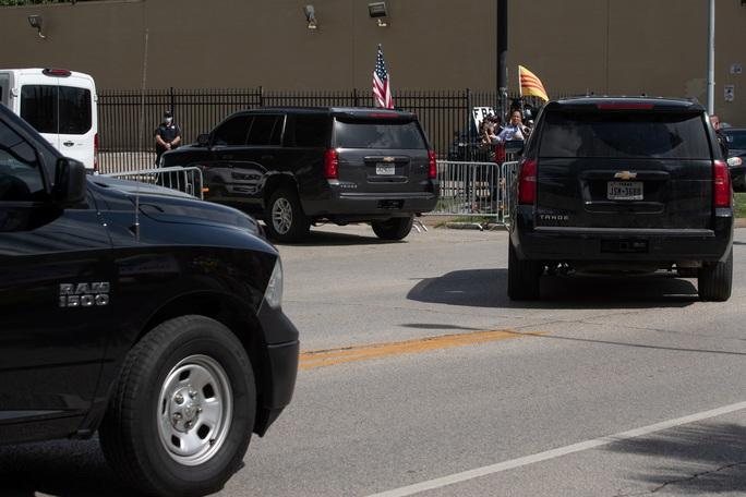 Nhóm người đeo khẩu trang phá khóa tổng lãnh sự quán Trung Quốc ở Houston - Ảnh 1.