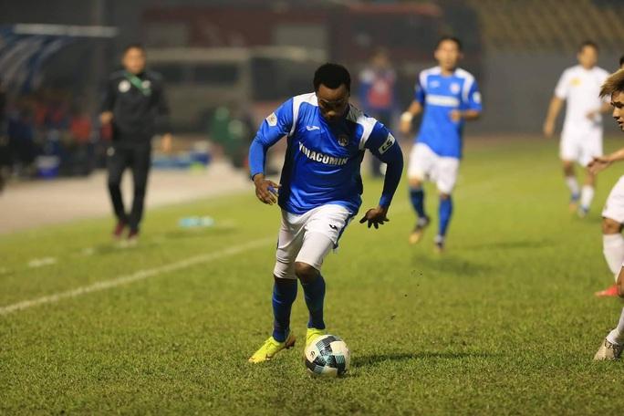 Tiền đạo ngoại chửi thề khi biết Than Quảng Ninh cho Hải Phòng mượn người đá trụ hạng - Ảnh 2.