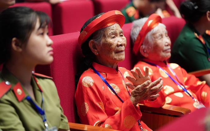 Chùm ảnh: Thủ tướng dự chương trình gặp mặt các Bà mẹ Việt Nam anh hùng - Ảnh 2.