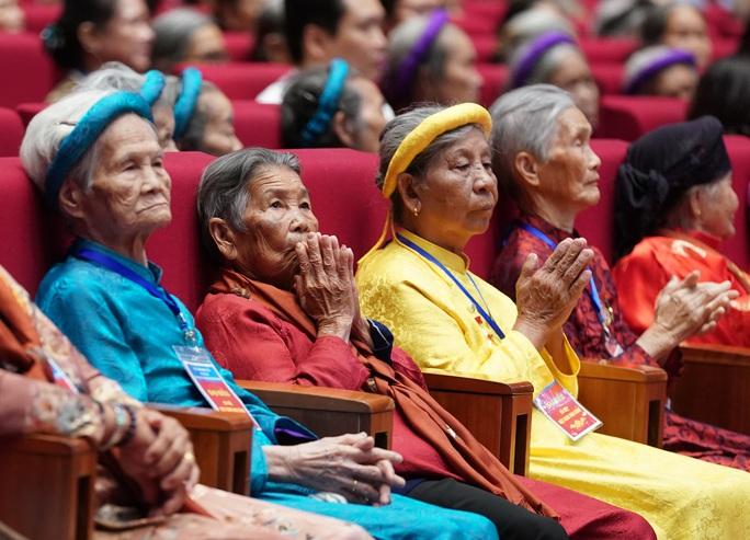 Chùm ảnh: Thủ tướng dự chương trình gặp mặt các Bà mẹ Việt Nam anh hùng - Ảnh 4.