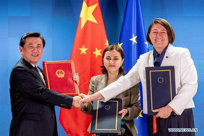 """Trung Quốc và EU đàm phán, Mỹ có thể """"ngửi thấy mùi máu"""" - Ảnh 1."""