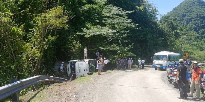 Lật xe khách ở khu vực VQG Phong Nha – Kẻ Bàng (Quảng Bình): Ít nhất 9 người tử vong - Ảnh 1.