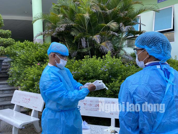 Clip: Khẩn trương khử khuẩn ở khu vực nhà bệnh nhân 418 - Ảnh 3.