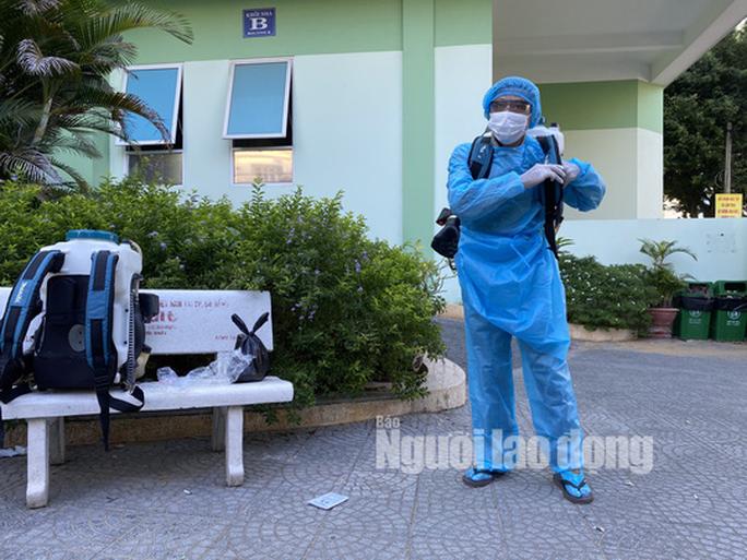 Clip: Khẩn trương khử khuẩn ở khu vực nhà bệnh nhân 418 - Ảnh 4.