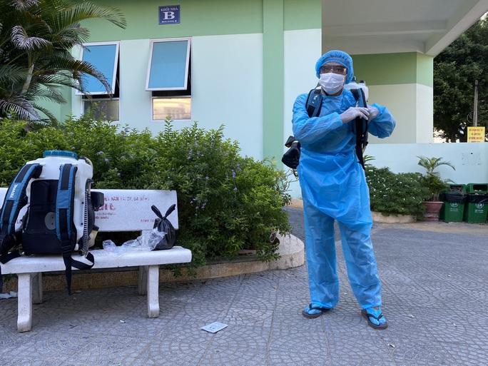 Clip: Khẩn trương khử khuẩn ở khu vực nhà bệnh nhân 418 - Ảnh 1.