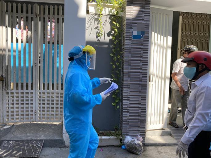 Clip: Khẩn trương khử khuẩn ở khu vực nhà bệnh nhân 418 - Ảnh 10.